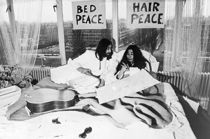 John Lennon y Yoko Ono en la performance contra la guerra.