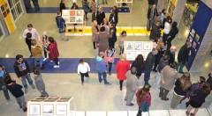 """Vista general de la inauguración '""""Refugio ilustrado. Entre el ataúd y la maleta"""", de la APIV, en el vestíbulo de la Escola d'Art i Superior de Disseny de Castelló (EASD). Fotografía cortesía de los organizadores."""