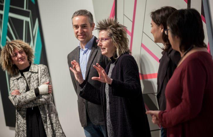 Carolina Ferrer (izquierda) y Encarna Sepúlveda (en el centro hablando), con José Luis Pérez Pont, director del Consorcio de Museos de la Generalitat Valenciana, entre ambas, durante la presentación de 'Ángulos del vacío'. Imagen cortesía del Centre del Carme.