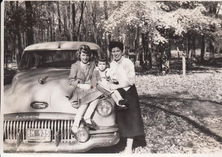 María Moreno, de Denia en New Britain, en los años 50 con el coche y los hijos. Imagen cortesía de InfoTV.