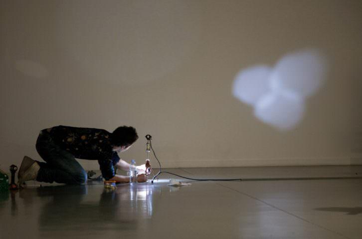 Rubén Ramos en su exposición. Imagen cortesía del MAC.