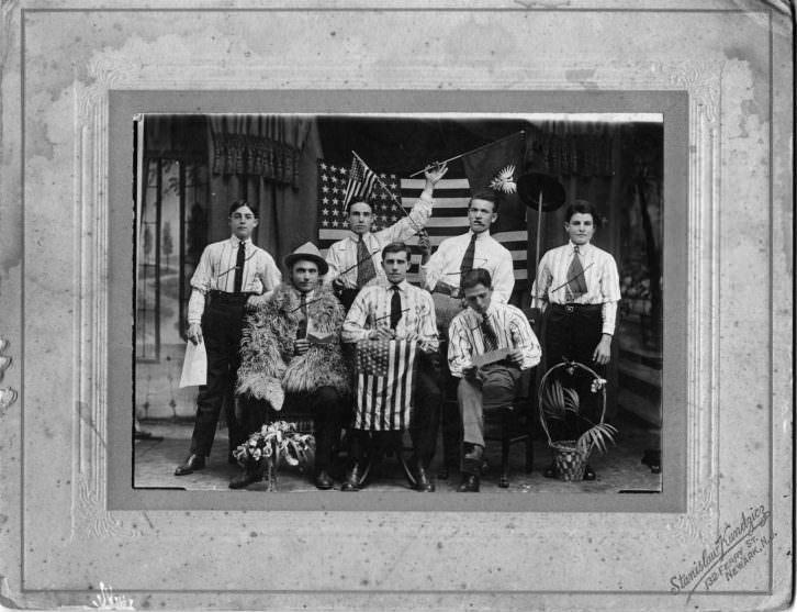 Una de las fotos que se hacían para demostrar el éxito del viaje. Son un grupo de emigrantes de Benilloba en Newark. Imagen cortesía de InfoTV.