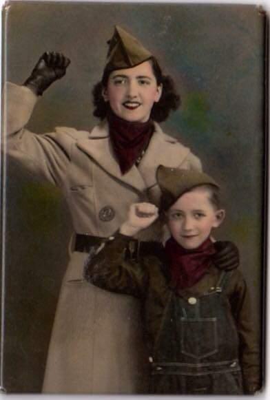 Una emigrante valenciana y su hijo americano fotografiados en Estados Unidos durante la guerra. Imagen cortesía de InfoTV.
