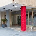 Proyecto Sida Social / 6. Mislata Fingido rojo Intervención en uno de los pilares exteriores del Ayuntamiento de Mislata