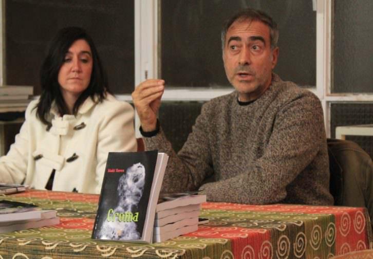 Iñaki Torres, junto a Mónica Gallego, en un momento de la presentación de su novela 'Croma'. Imagen cortesía del autor.