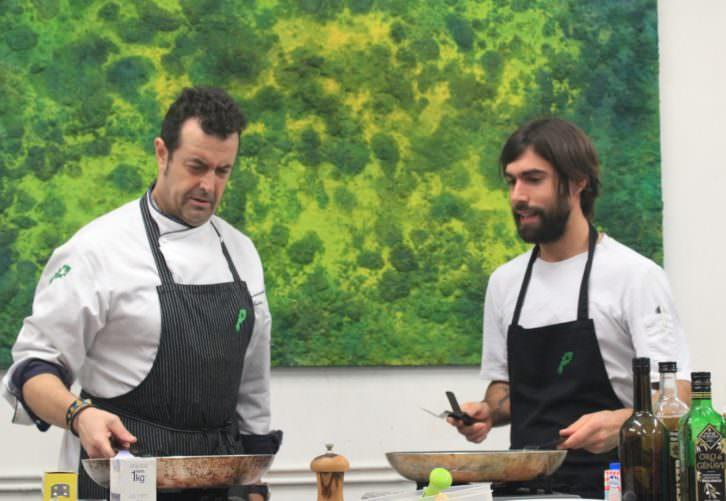 El cocinero Txetxu González (izquierda) en el show cooking que acompañó a la presentación de la novela 'Croma', de Iñaki Torres. Imagen cortesía del autor.