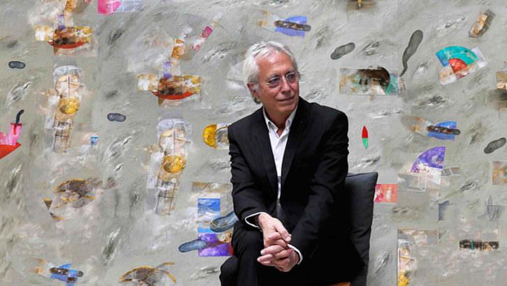 Horacio Silva delante de una de sus obras. Imagen cortesía de Shiras.