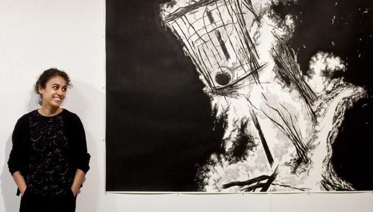 Cristina Ramírez ante una de las obra de 'Negro humo'. Fotografía: Consuelo Chambó.