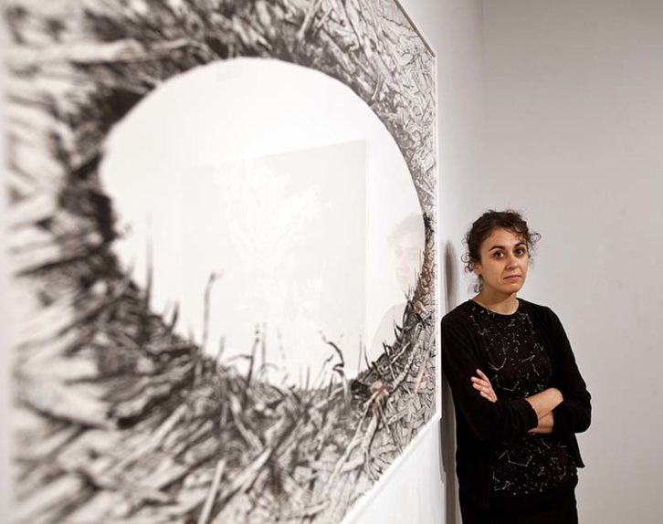 Cristina Ramírez ante una de las obra de la exposición 'Negro humo'. Fotografía: Consuelo Chambó.