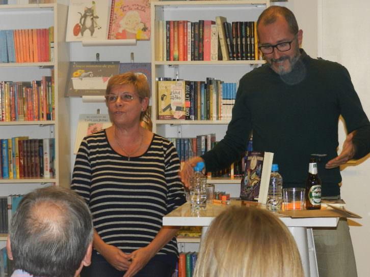 Elena Casero en la presentación de uno de sus libros. Imagen cortesía de la autora.