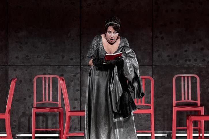 Escena de 'Eloísa está debajo de un almendro'. Imagen cortesía del Teatro Principal.