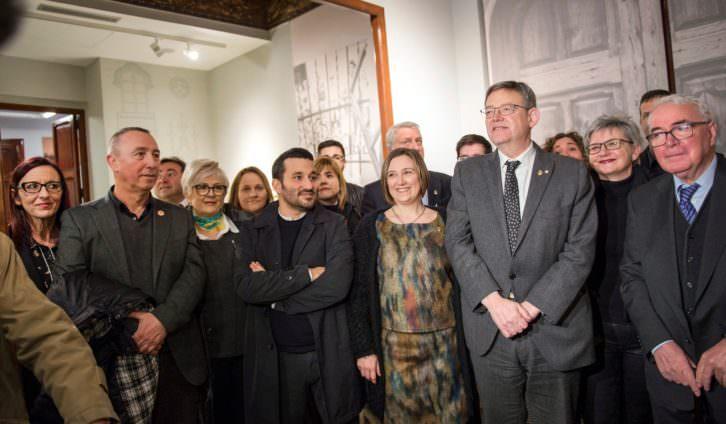 Representantes institucionales durante la inauguración del Museu Joan Fuster. Fotografía de Raquel Abulaila cortesía de la Diputación de Valencia.