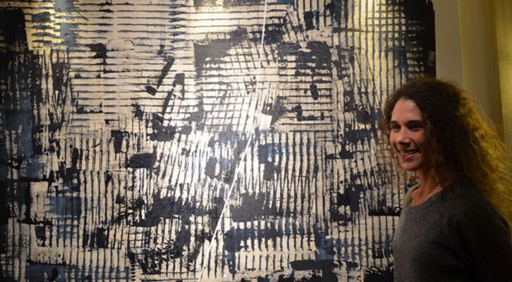 Rebeca Zurru ante una de sus obras.