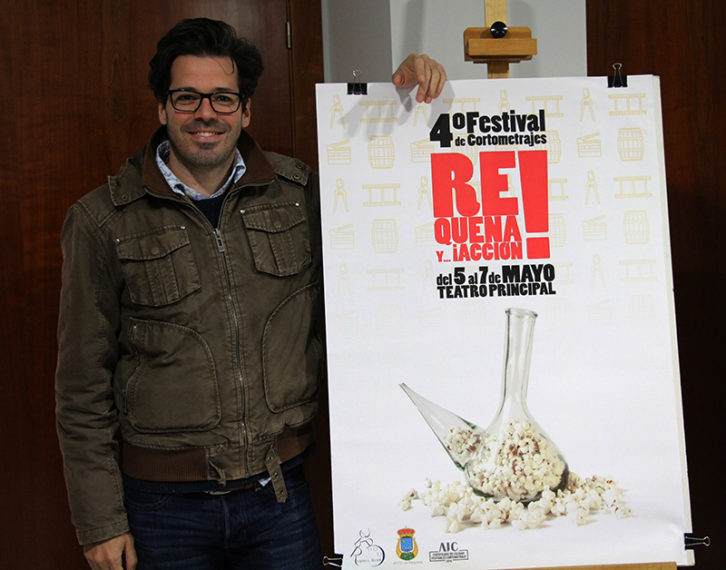 Ángel G. Gómez junto a su cartel. Imagen cortesía de 'Requena y...¡Acción!'.