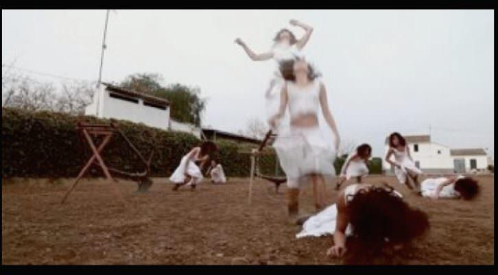 Un instante del Experimental Video Danza 'Caer', de Ana Pérez, con Isabela Alfaro. Fotografía cortesía de Felicia Puerta.
