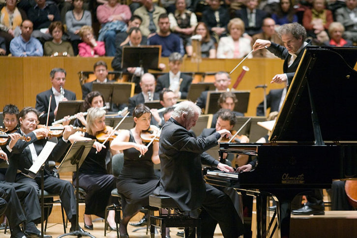 Daniel Barenboim al piano junto al director Yaron Traub. Fotografía de Eva Ripoll por cortesía del Palau de la Música.