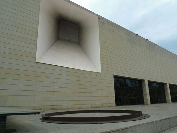 La obra Box (Caja) en diálogo con la escultura de Richard Serra. Imagen cortesía del IVAM.
