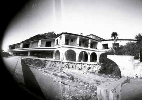 Imagen de obra 'Hotel Biarritz N-340', de Fotolateras. Fotografía cortesía del museo.