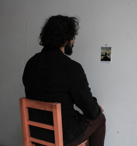 Jesús Herrero ante una de sus obras. Imagen cortesía de Rambleta.