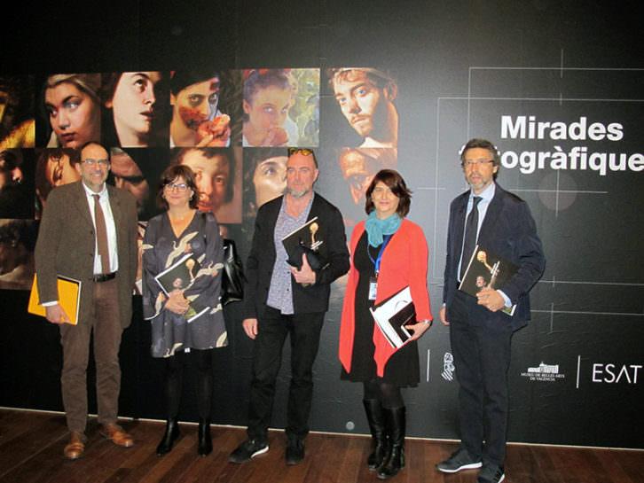 Responsables de la exposición 'Miradas fotográficas', en la presentación. Imagen cortesía del Museo de Bellas Artes.