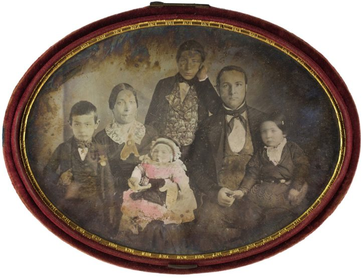 Retrato de familia en la exposición sobre el daguerrotipo. Imagen cortesía de La Nau.