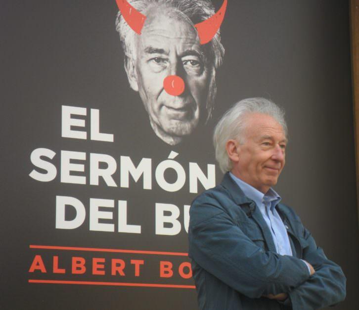 Albert Boadella posando junto al Teatro Talía de Valencia.