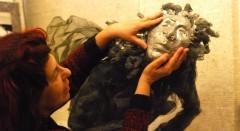 La artista Inma Coll frente a una de las piezas que conforman la exposición 'También los ángeles tienen alas'. Fotografía cortesía de la artista.
