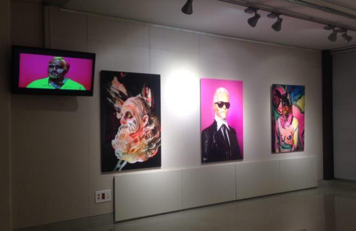 Vista de la exposición 'Ciru(g///)ías Transepidérmicas', de Marie-Lou Desmeules en la Facultad de Ciencias Sociales de Valencia. Fotografía: Merche Medina.