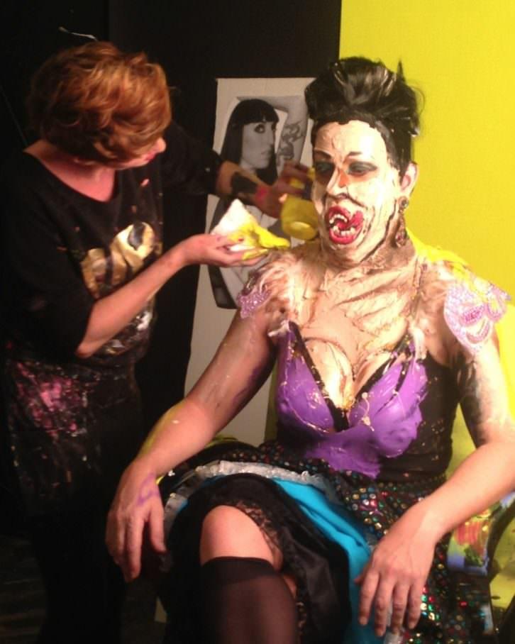 Marie-Lou Desmeules en pleno proceso de transformación de uno de sus modelos. Fotografía: Merche Medina.