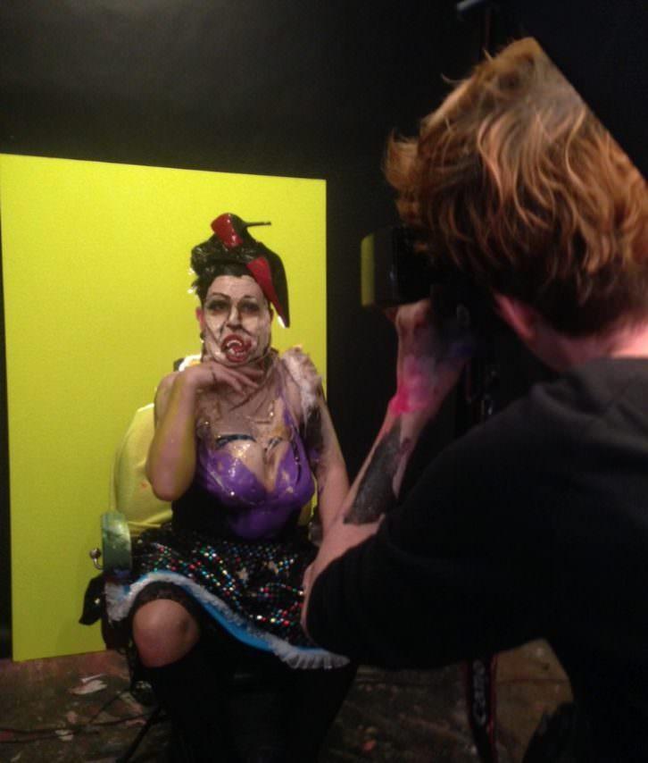 Marie-Lou Desmeules fotografiando al modelo intervenido en su estudio. Fotografía: Merche Medina.