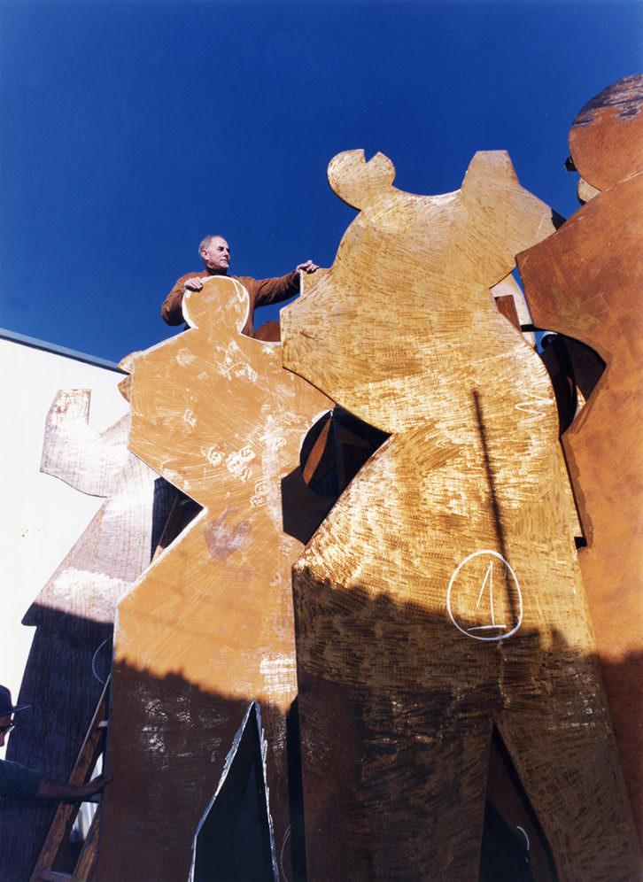 Nassio con su obra Mestalla. Imagen cortesía del Colegio de Arquitectos de Valencia.