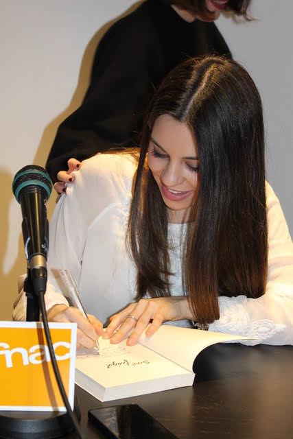 Beatriz Esteban firmando ejemplares de su libro. Imagen cortesía de la autora.