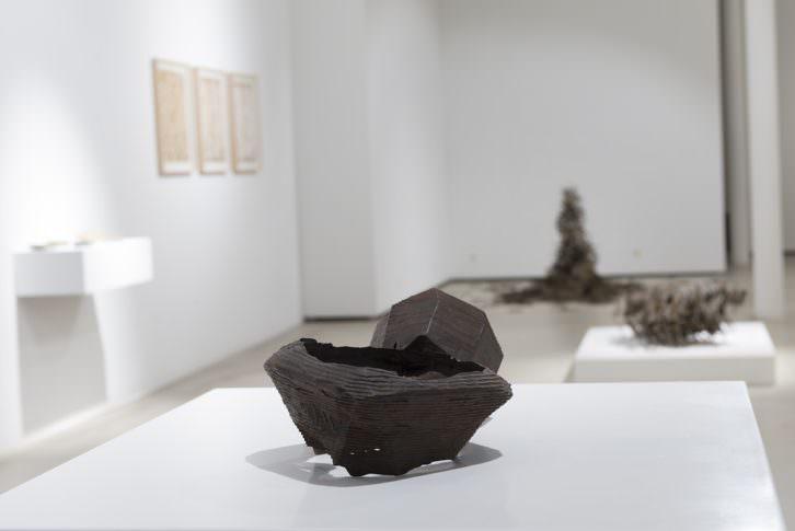 Vista de la exposición 'Vestigios de una cultura contemporánea', de Urtzi Ibarguen, en Fundación BilbaoArte. Imagen cortesía del autor.