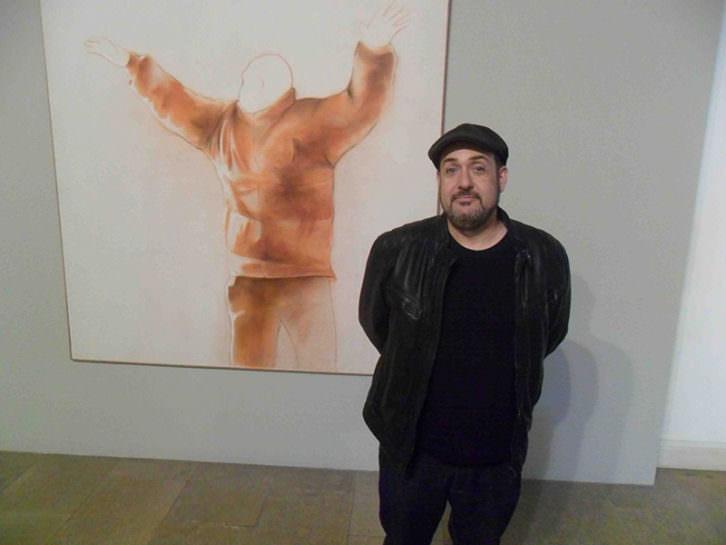 Carlos Domingo, delante de una de sus obras en el Museo de Teruel. Fotografía: Makma