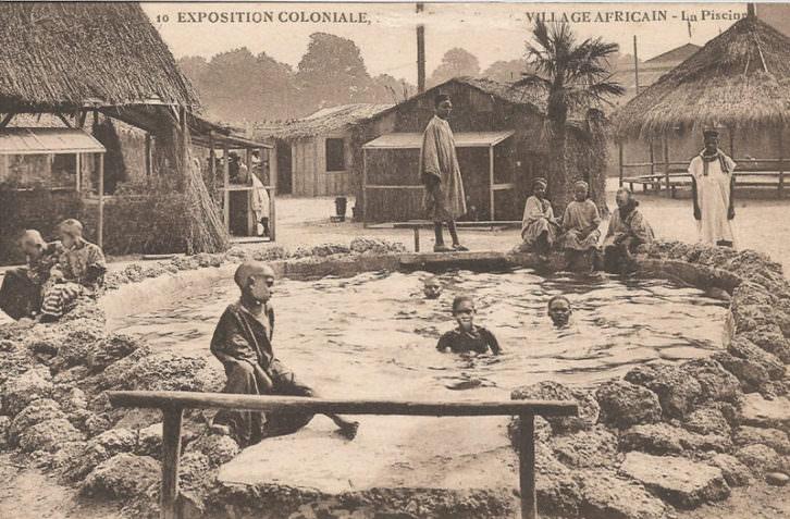 Exposición colonial de Estrasburgo. Poblado africano. La piscina. Imagen cortesía del Museu Valencià d'Etnologia.