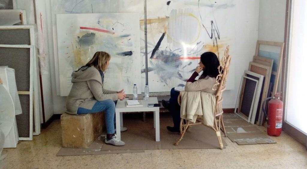 La artista Rosa Padilla y la comisaria Marisa Giménez durante un instante de la entrevista. Fotografía cortesía de la artista.