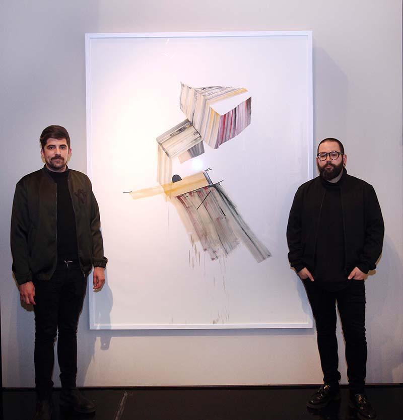Juanma Menero (izda) e Ismael Chappaz, galeristas de Espai Tactel, junto a la obra premiada de Vicky Uslé. Imagen cortesía de La Nau.