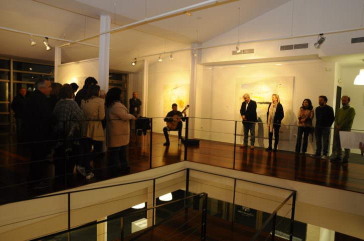 Un instante de la inauguración de la exposición 'El alma en tránsito', de Rosa Padilla, comisariada por Marisa Giménez. Fotografía cortesía de la Casa del Cable.