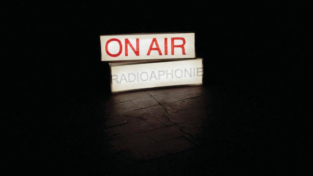 Fotograma de la producción de vídeo 'Radio(a)phonie', de  Juan Pérez Agirregoikoa. Fotografía cortesía del Artium, Centro-Museo Vasco de Arte Contemporáneo.