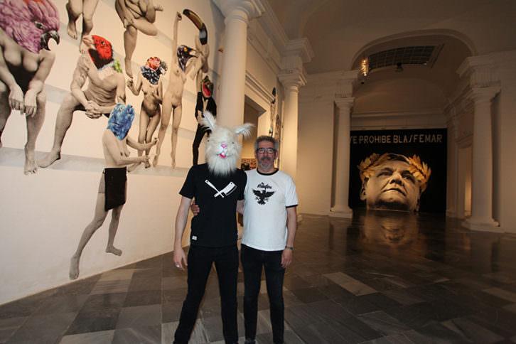 Vinz Feel Free (encapuchado) y Txema Rodríguez en la exposición 'JOC'. Imagen cortesía de Centre del Carme.