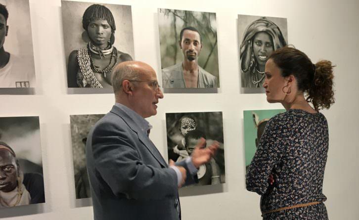 Juan Manuel Castro Prieto junto a algunas de sus fotografías de la exposición Etiopía. Imagen cortesía del OCCC.