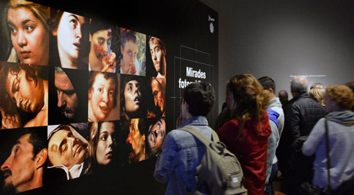 Público en la exposición Miradas Fotográficas.