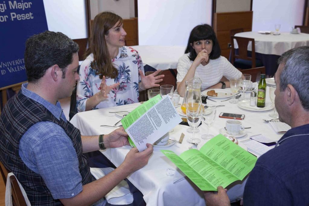 Meritxell Barberá e Inma García, durante un instante de los Desayunos Makma, celebrado en el Co·legi Major Rector Peset, con motivo del Festival 10 Sentidos. Fotografía: Fernando Ruiz.