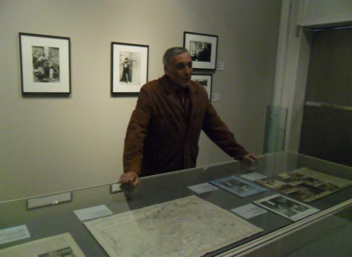 El hijo de Agustí Centelles en la exposición de su padre.