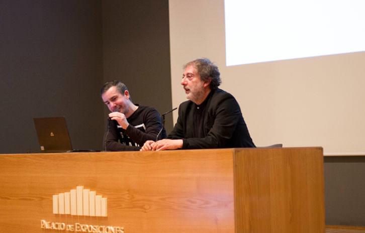 Javier Olivares (dcha) en un momento de su intervención en el salón Cantabria Alternativa.