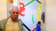 El artista Joaquín Capa delante de una de las obras pertenecientes a la exposición 'Colores abiertos', en Galería 9. Fotografía: Merche Medina.