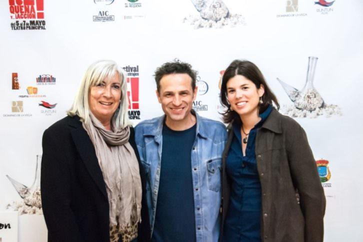 De izda a dcha, María José Martín (Ayuntamiento de Requena), Gustavo Salmerón, y Laura Pérez (directora del festival). Imagen cortesía de 'Requena y...¡Acción!'
