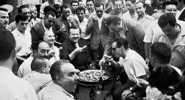 Orson Welles comiendo paella en Valencia.  fotografía de Canito, imagen de la exposición de organizada por la Diputación de Valencia en el centenario del fotografo.