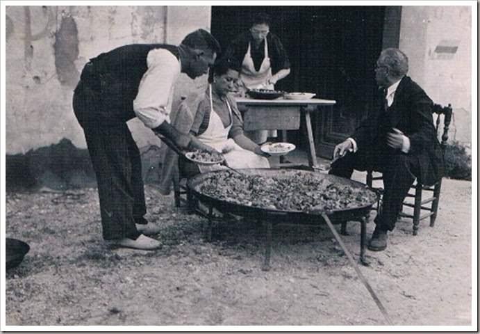 Paella de domingo en Benicalap, años 50. Fotografía archivo Rafael Solaz.