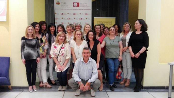 Las autoras del libro junto al editor de 'Treinta mujeres fascinantes en la historia de Valencia'. Imagen cortesía de Vinatea Editorial.